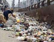 لاہور : خانہ بدوش کچرے کے ڈھیر سے کارآمد اشیاء تلاش کررہے ہیں۔