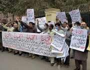 لاہور، نیشنل بینک سٹاف ایمپلائز یونین کے زیر اہتمام ملازمین اپنے مطالبات ..