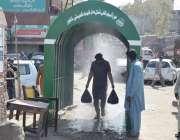 لاہور، ایک شہری ضلعی حکومت کی جانب سے کورونا وائرس سے بچائے کیلئے لگائے ..