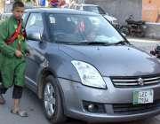 لاہور: ایک گداگر بھیک مانگنے کیلئے گاڑی کے پاس کھڑا ہے، چائلڈ پروٹیکشن ..