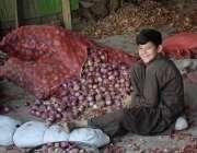 لاہور: سبزی منڈی میں بچہ پیاز چھانٹی کررہا ہے۔
