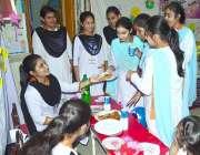 حیدرآباد: رائل کیمبرج اسکول میں فوڈ فیسٹیول کے دوران طلباء فوڈ اسٹال ..