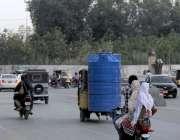 کراچی:صدر کے علاقے سے ایک رکشہ پر ٹینکی باندھ کر لے جائی جارہی جو رکشہ ..