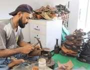 کراچی : مقامی کارخانے میں ایک کاریگر پشاوری چپلیں تیار کر رہا ہے۔