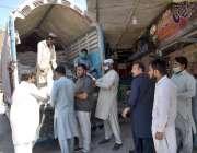 فیصل آباد، عوام کی بڑی تعداد حکومتی نرخ پر آٹا خرید رہی ہے۔