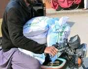 حیدرآباد: موٹرسائیکل سوار گورنمنٹ کنٹرول ریٹ پر خریداری کے بعد گندم ..