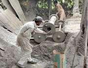 فیصل آباد: مزدور اپنے کام کی جگہ پر سیمنٹ پائپ تیار کررہے ہیں۔