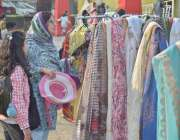 لاہور:جیلانی پارک میں منعقدہ جشن بہاراں فیسٹیول میں لگے سٹال سے ایک ..