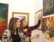 لاہور : خواتین الحمرا میں خطاطی کی نمائش دیکھ رہی ہیں۔