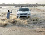 کراچی : شہر قائد میں ہونیوالی بارش کے بعد کورنگی سے گزرنے والے بارشی ..