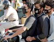 کراچی: موٹرسائیکل سوار سوار افراد نے کورونا وائرس کے احتیاطی اقدامات ..
