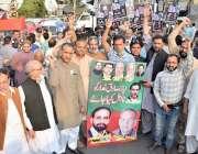لاہور، پاکستان تحریک انصاف کے کارکن پاک فوج کے حق میں نعرے لگا رہے ہیں۔
