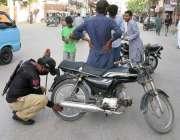 حیدر آباد لاک ڈاؤن کے دوران ڈبل سواری کی خلاف ورزی پر پولیس اہلکار موٹر ..