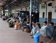 فیصل آباد، کورونا وائرس پر لاک ڈائون کے بعد ٹرانسپورٹ بند ہونے پر عوام ..