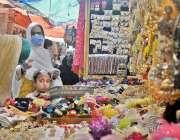 راولپنڈی: لاک ڈاون میں نرمی کے بعد خواتین موتی بازار سے عید کیلئے جیولری ..