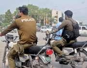 """راولپنڈی:""""دوسروں کونصیحت  خود میاں فصیحت' ڈیوٹی جانیوالے پولیس اہلکار .."""