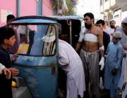 پشاور، مدرسہ بم دھماکے میں زخمی افراد کو ہسپتال منتقل کیا جا رہا ہے۔