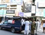 فیصل آباد، پولیس اہلکار کچہری میں لاک ڈائون کے باوجود دکانیں کھولنے ..