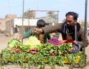 ملتان: سبزی فروش ریڑھی پر سبزیاں فروخت کر رہا ہے