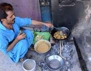 لاڑکانہ: رمضان المبارک کے مقدس مہینے کے دوران ایک دکاندار پرانے بس ..