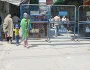 لاہور: لاک ڈاؤن کے باعث باغبانپورہ بازار کو بیرئیر لگا کر بند کیا گیا ..