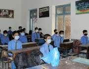 لاہور: کرونا وائرس کی وجہ سے چھ ماہ کی بندش کے بعد سکول آنے والے طلباء ..