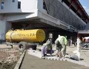 لاہور : مزدور اورنج لائن ٹرین اسٹیشن کے تعمیراتی کام میں مصروف ہیں