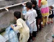 لاہور گلبرگ کے علاقہ میں مکہ کالونی میں بچے فلٹر پلانٹ سے پینے کیلئے ..