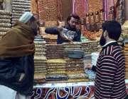 پشاور: فوارہ چوک پر لوگ خشک میوہ جات خرید رہے ہیں