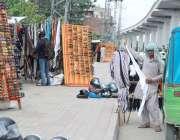 لاہور : دکانداروں نے ملتان روڈ کے فٹ پاتھ پر ہیلمٹ اور چشموں کا ٹال سجارکھا ..