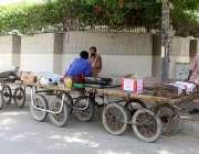 کراچی:سندھ گورنمنٹ کی جانب سے لگائے گئے لاک ڈاؤن کی وجہ سے کاروبار نہ ..