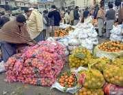 راولپنڈی: فروٹ منڈی مٰیں ایک شخص سنتروں کو بیچنے لے لئے لگا رہا ہے۔