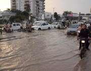 کراچی: بارش کے باعث نرسری فلائی اور کے قریب بارش کا پانی تالاب کا منظر ..