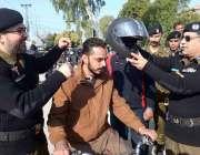 راولپنڈی: آر پی او سہیل حبیب ایک مہم کے دوران نوجوان موٹرسائیکل سوار ..