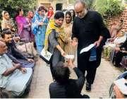 حیدرآباد: پاکستان تحریک انصاف کے مقامی رہنما معذور افراد میں چیک تقسیم ..