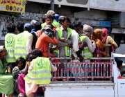 کراچی : سینٹری ورکرز ایک لوڈ نگ گاڑی میں بٹھایا گیا ہے، جس سے کورونا ..