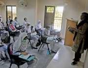 راولپنڈی: سکول و کالج کھلنے کے بعد ایک نجی کا لج میں طالبات کلاس اٹینڈ ..
