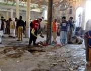پشاور، جامعہ زبیریہ میں بم دھماکے کے بعد ہونے والی تباہی کا ایک منظر۔