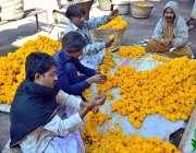 حیدرآباد: کارکن اپنی دکان کے باہر پھولوں کے ہار تیار کررہے ہیں۔
