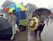 لاہور: اسٹریٹ فروش صارفین کو راغب کرنے کیلئے چھتریاں بیچ رہا ہے۔