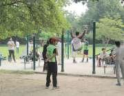 لاہور : جیلانی پارک میں صبح کے وقت شهری ورزش کررہے ہیں۔