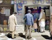پشاور، کورونا وائرس سے بچائو کے پیش نظر شہری فاصلہ رکھتے ہوئے خریدار ..