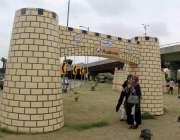 کراچی : شاہراہ فیصل پر جشن آزادی کے موقع پر بنائے گئے باب خیبر کے ماڈل ..