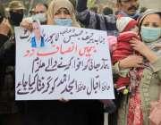 لاہور، خواتین اپنے مغوی بھائی کے اغواء کاروں کی عدم گرفتاری پر پریس ..