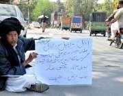 لاہور : خانیوال کا رہائشی اپنے مطالبات کے حق میں احتجاج کر رہا ہے۔