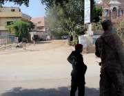 کراچی: ماڈل کالونی میں گرنے والے جہاز کے جائے وقوعہ کو شہریوں کی آمدرفت ..