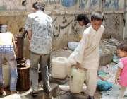 کراچی: لیاری بہار کالونی میں پینے کے پانی کی قلت کے باعث بچے گندگی میں ..