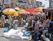 راولپنڈی ۔ لاک ڈاون میں نرمی کے بعد باڑہ بازار میں خریداری کیلئے آنے ..