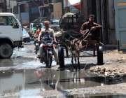 کراچی :حابی کیمپ لکڑ اگلی میں سیوریج کا پانی جمع ہے جس کے باعث مکینوں ..
