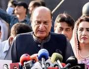 لاہور، صوبائی وزیر قانون راجہ بشاور پنجاب اسمبلی کے احاطہ میں میڈیا ..